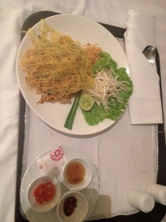 BEST WESTERN PREMIER Amaranth Suvarnabhumi Airport: Very nice Pad Thai from room service