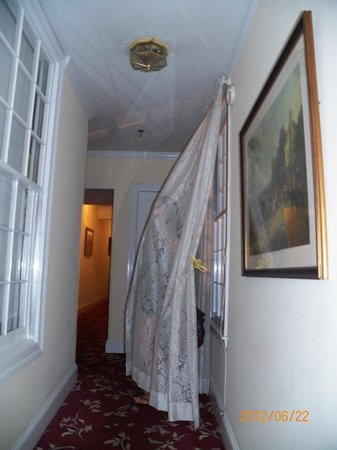 17 Hundred 90 Inn: spooking crowd in corridor by room
