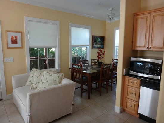 Travelers Palm Inn: Dining/Living Room