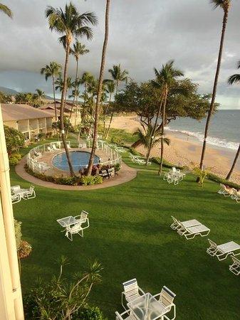 Hale Pau Hana Beach Resort: Gramado e piscina do hotel e a praia ao fundo