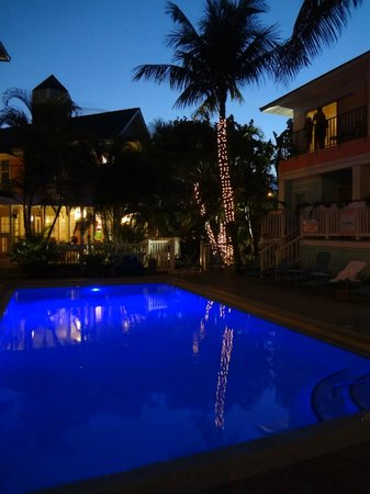 The Lighthouse Resort Inn and Suites: Tiki Bar pool area at night