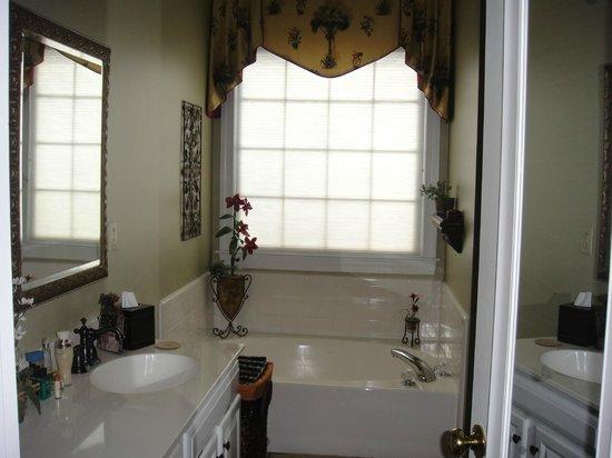 Edna Inn : Charleston Room Bath with separate shower