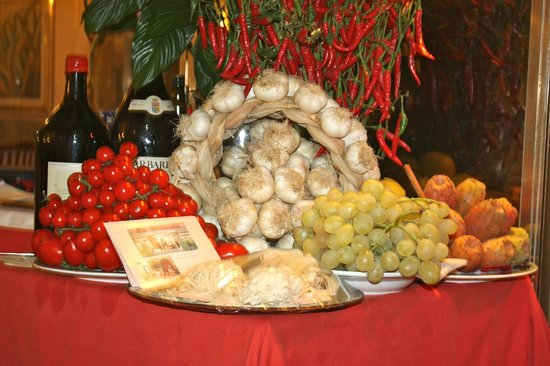 La Fontanella Borghese: display table with the biggest most delicious grapes