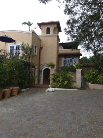 ليتل أرشيز بوتيك هوتل باربادوس:                   The entrance to Little Arches. The rooms with pools are to the left.         