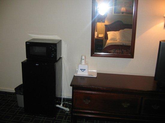 Days Inn Dumfries Quantico : Mini fridge and microwave