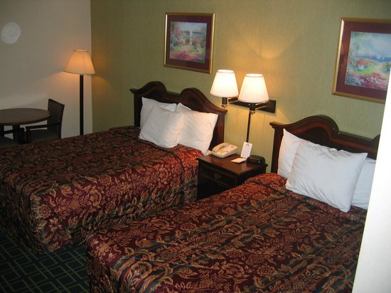 Days Inn Dumfries Quantico: Small beds and small table in the back.