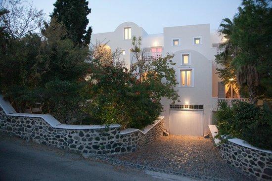 Atrium Villa: FRONT SIDE-street view