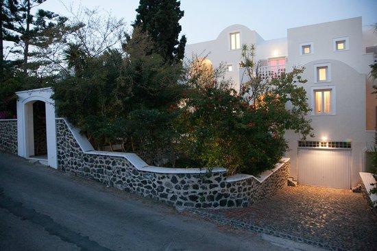 Atrium Villa: FRONT GARDEN