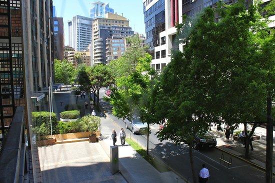 Plaza el Bosque San Sebastian: Vista da sacada (com redes) para o lado da Av Isidora Goyenechea