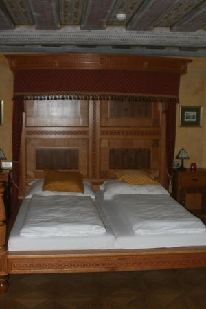 Hotel Krcinuv Dum: Imposing panelled bedroo