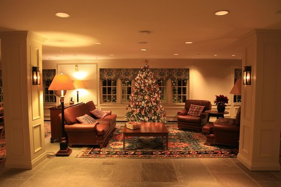Williamsburg Lodge-Colonial Williamsburg: Seating area with tree