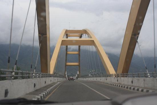 Grand Duta Hotel: Palu Bridge
