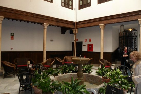 Hotel Casa del Pilar: Patio y cafetería