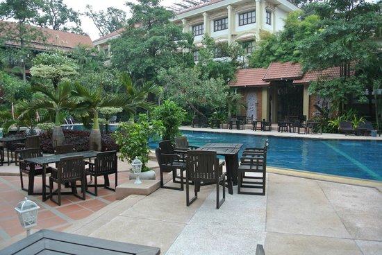 Prince D'Angkor Hotel & Spa: プールサイド