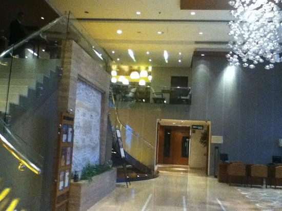 Fortune Select Exotica, Navi Mumbai : Lobby and stairs to the restaurants