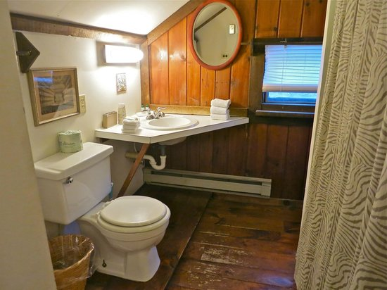 Race Brook Lodge: A bathroom.