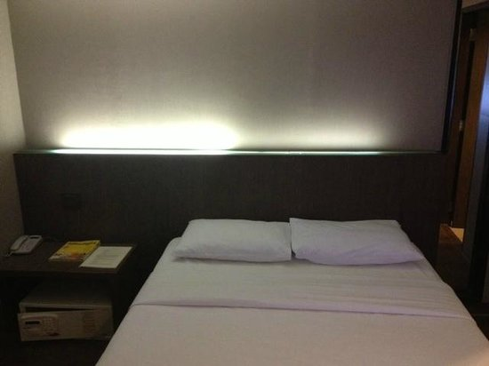 Bangkok City Hotel: Safe deposit box (movable) next to bed