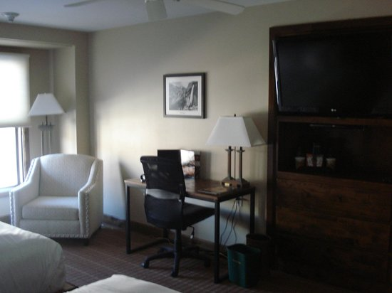 Peaks Resort & Spa: Desk & chair