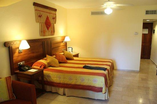 Grand Palladium Punta Cana Resort & Spa: Partial Oceanview Room in 2000 building