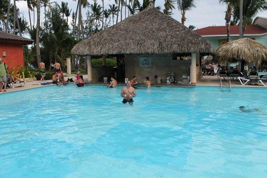 Grand Palladium Punta Cana Resort & Spa: Pool with swim up bar (one of four pools on property)