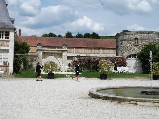 Chateau D'Etoges: Very elegant castle and smartly dressed staff