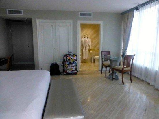 Hilton Bentley Miami/South Beach: Hotel room to Bathroom