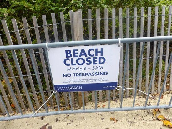 Hilton Bentley Miami/South Beach: sign beach closed after midnight