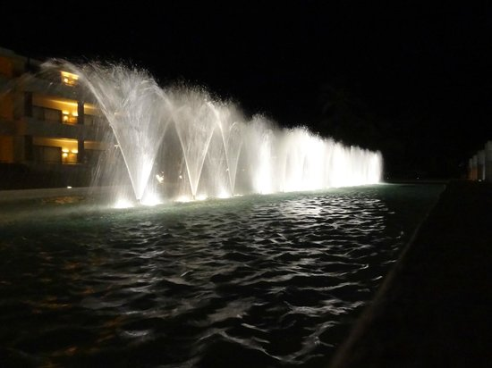 Catalonia Royal Bavaro: fountains at night