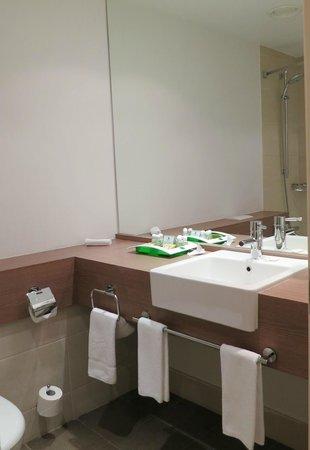Holiday Inn St. Petersburg Moskovskiye Vorota: Neat bathroom