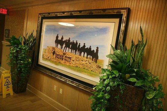 Hampton Inn and Suites Dodge City: common area near elevators