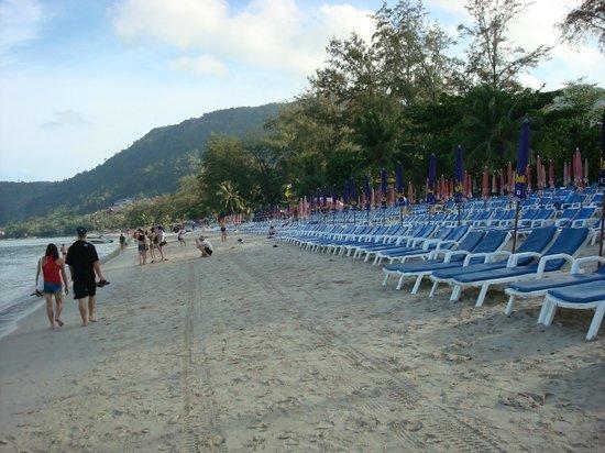 Thara Patong Beach Resort & Spa:                   городской пляж утром
