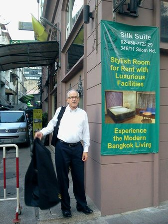 Silk Suite Hotel: entrance from Silom Road