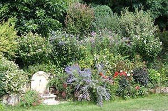 Camping Les Terrasses du Perigord: une fontaine et ses fleurs !!
