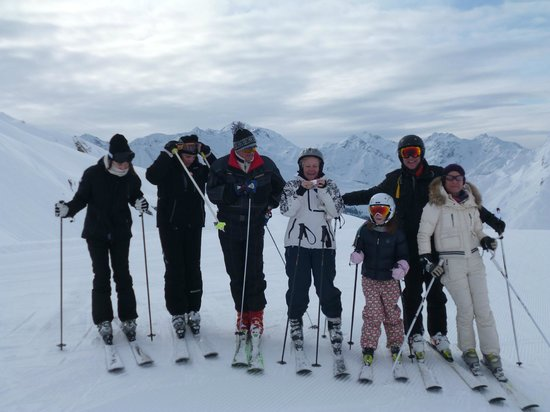 Hotel Arlberghaus : Whole family skiing in Zürs