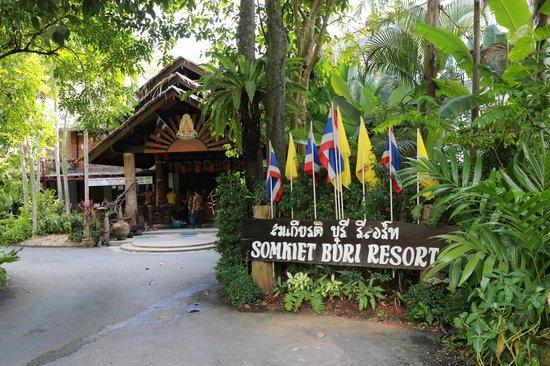 Somkiet Buri Resort: front view