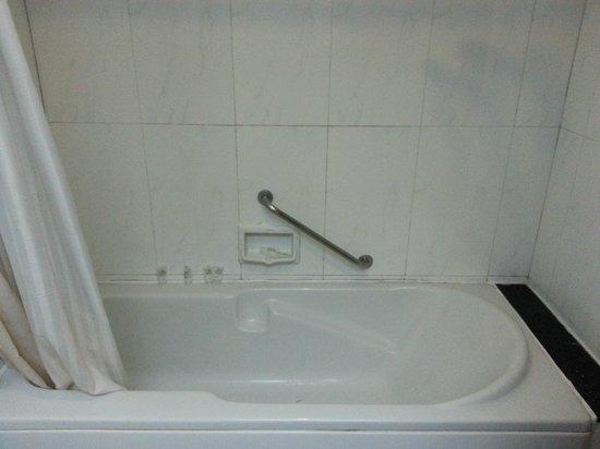 Royal Spring Hotel : Bathtub