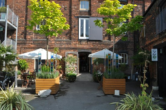 Fisherton Mill Gallery and Cafe: Our sunny courtyard - perfect for alfresco dining