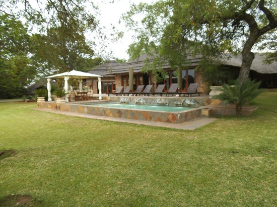 Elandela Private Game Reserve: relax room - pool - panoramic view