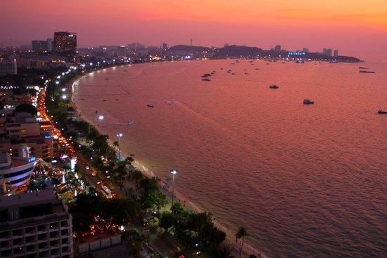 Holiday Inn Pattaya :                   Как упоительны в Паттайе вечера