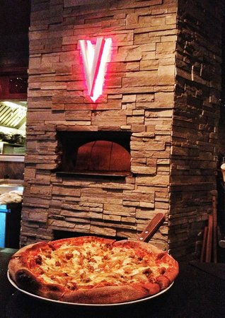 Mio Vino Wine Bar & Bistro: TGIF Happy Hour Free Pizza from 4-6!