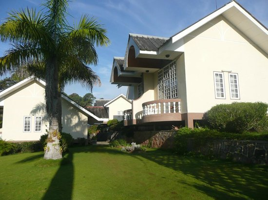 Pine Hill Resort, Kalaw: Landscaped gardens and bungalows