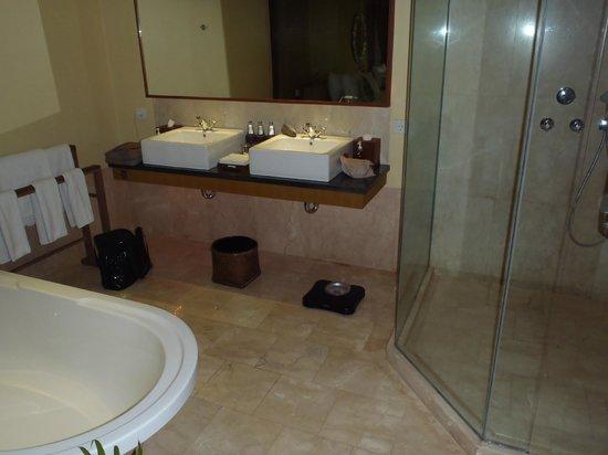Komaneka at Rasa Sayang: bathroom