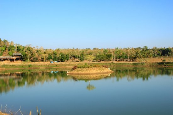Phukumhom: Compound pond