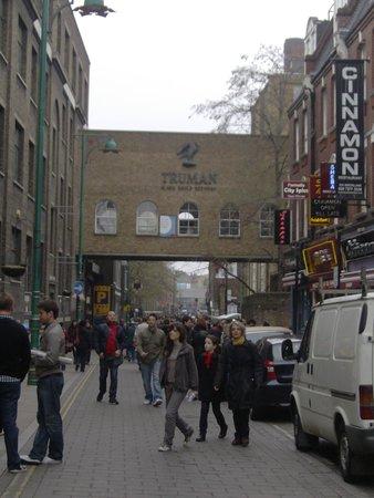 Truman brewery col mercato all'interno e Brick Lane col mercato all'aperto