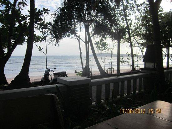 โกลเด้นบีช รีสอร์ท:                   View from the open air restaurant