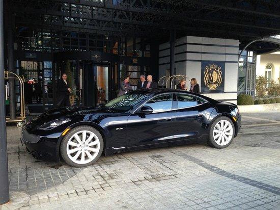 Victoria Jungfrau Grand Hotel & Spa: 100% Elektro für die ersten 80km, macht sich gut vor dem Hotel