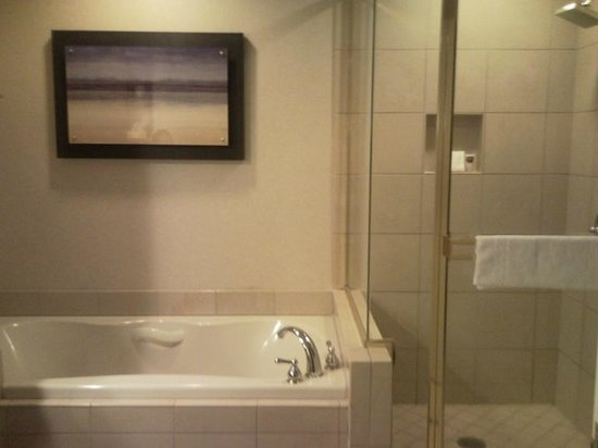 Harrah's Resort Southern California: Deep soaking tub, walk-in shower