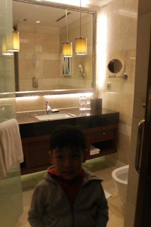 Manila Marriott Hotel:                   bathroom sink