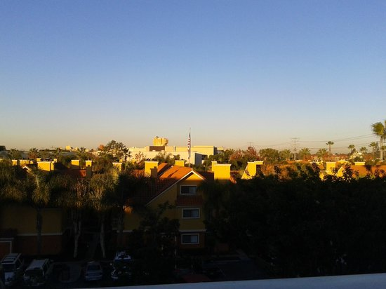 Motel 6 Anaheim Maingate:                   View on the balcony just outside room 473 - Tower of Terror straight ahead