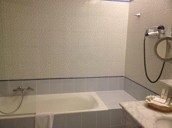 Domaine De Chateauvieux: Salle de bains au décor rustique